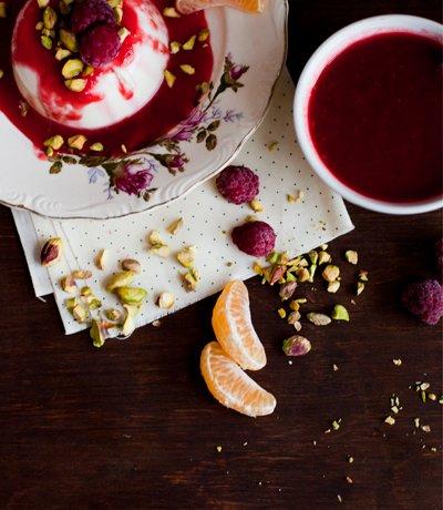 Panna Cotta à la fleur d'oranger & éclats de pistaches et coulis de framboises