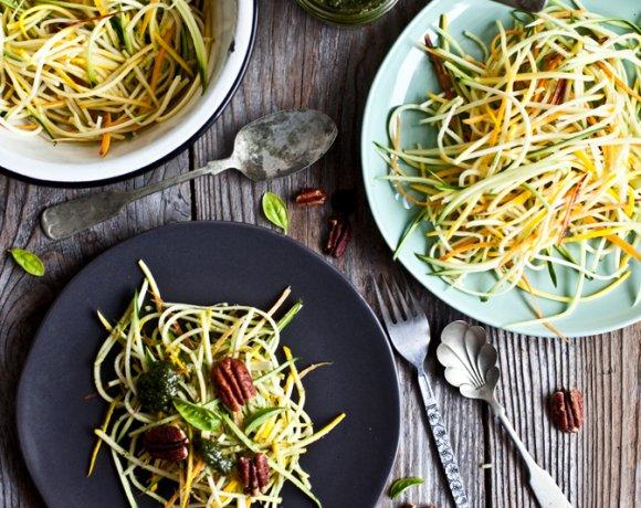 Salade de courgettes vertes et jaunes, pesto menthe & basilic et pacanes caramélisées