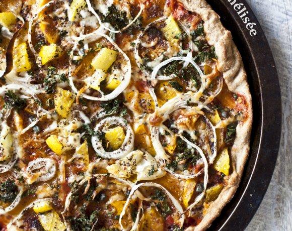 Pizza à la citrouille caramélisée, kale, mozzarella, fromage en grain, oignons & sumac