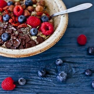 Ptit dej : Gruau à l'érable, chocolat, petits fruits, noisettes, Goji & Chia