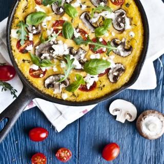 Polenta au four, champignons, tomates, feta & roquette