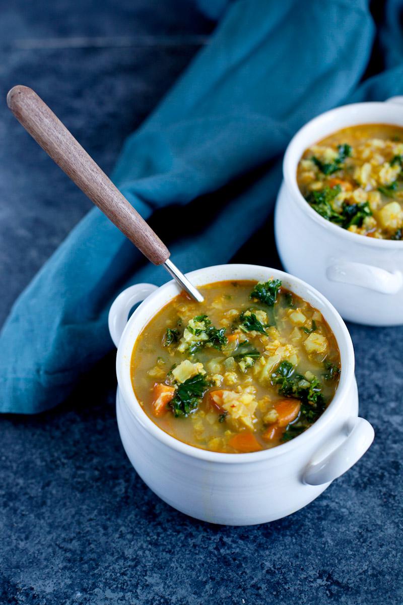 Soupe de chou fleur au curry, kale et lait de coco - Emilie Murmure