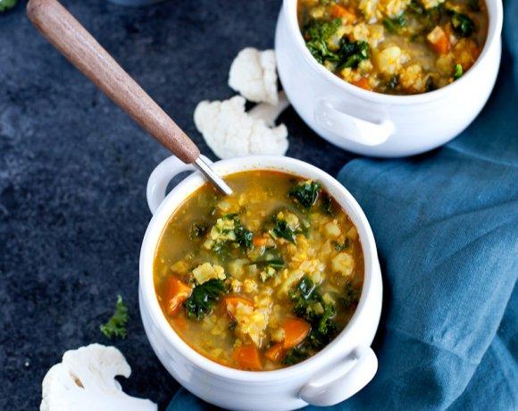 Soupe de chou fleur au curry, kale et lait de coco