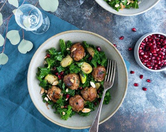 Salade de kale, choux de Bruxelles rôtis et boulettes de dinde glacées à la confiture
