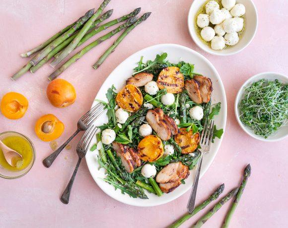 Salade d'asperges et abricots grillés, mozzarella et poulet mariné whisky-cassonade