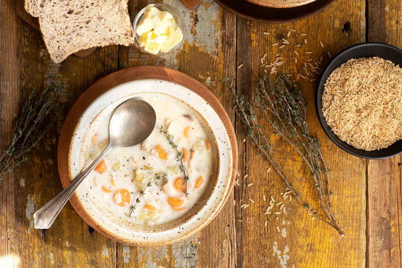 Soupe crémeuse au poulet et riz brun à la mijoteuse