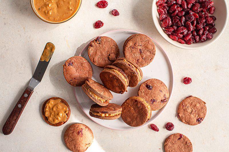 Biscuit choco-canneberge fourrés au beurre d'arachide