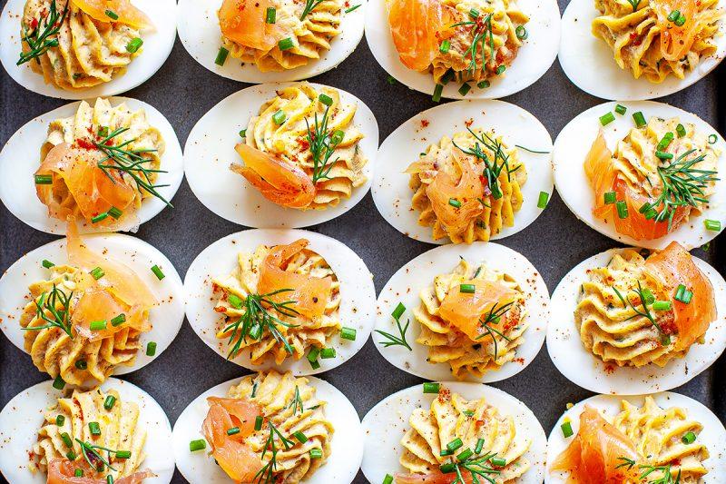 """Oeuf mimosa (""""deviled egg"""") au saumon, aneth et fromage à la crème"""