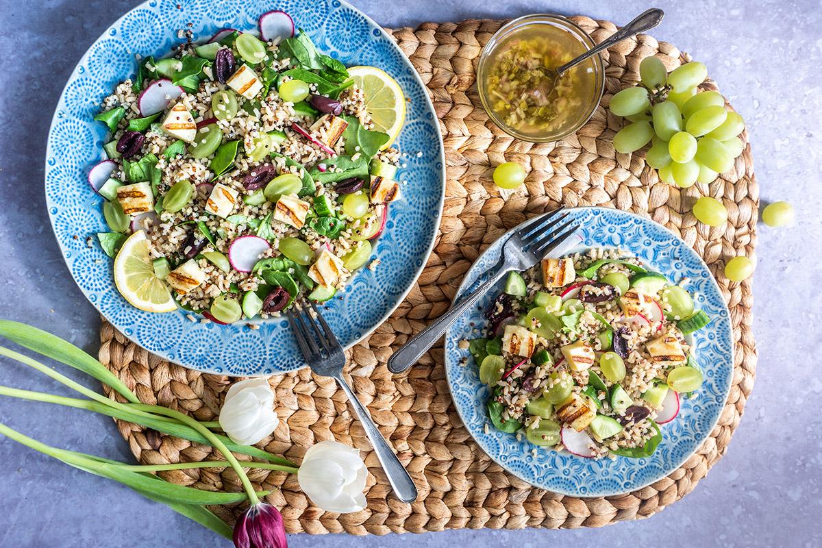 Salade de riz brun et quinoa, raisin vert et halloumi grillé